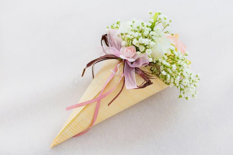 Épouser de pétales de rose de paniers image libre de droits