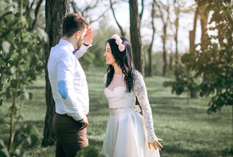 Épouser des ajouter, les rires de jeune mariée au marié, le type avec les plaisanteries de fille, le coucher du soleil, une belle images stock