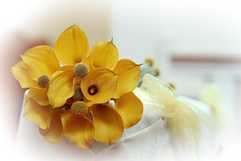 Épouser des bouquets sur l'autel image stock