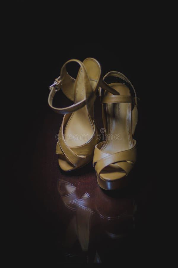 Épouser des chaussures sur la table en verre photographie stock libre de droits