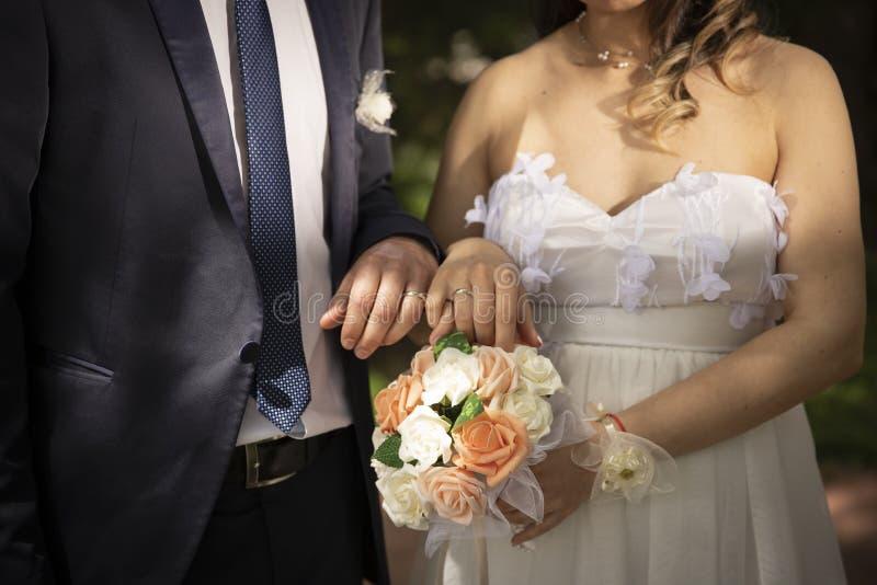 Épouser des couples de temps des nouveaux mariés images stock