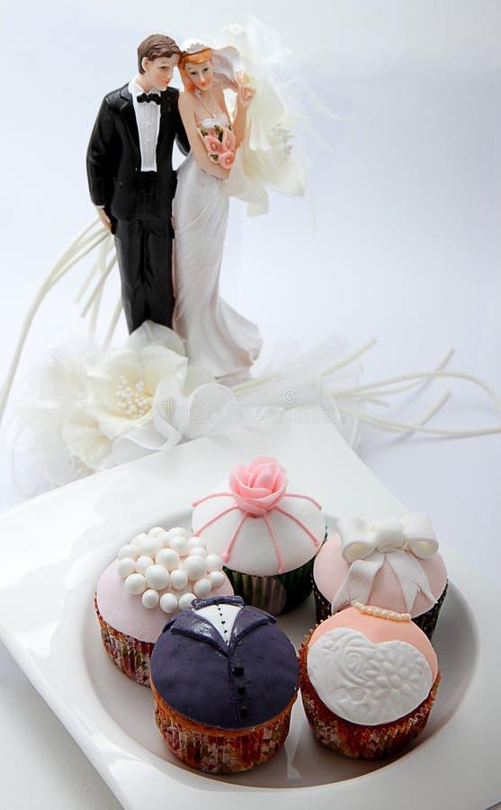 Épouser des petits gâteaux pour des nouveaux mariés image libre de droits