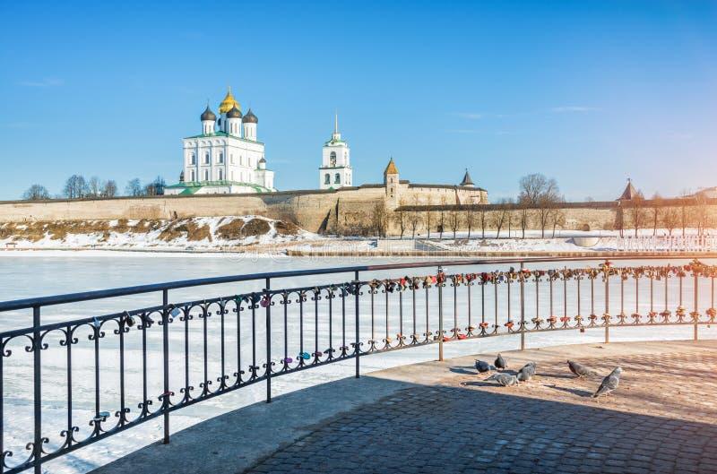 Épouser des serrures à Pskov Crom photo libre de droits