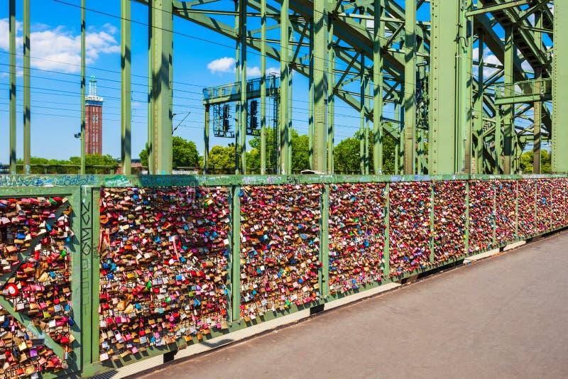 Épouser des serrures au pont de Hohenzollern images stock