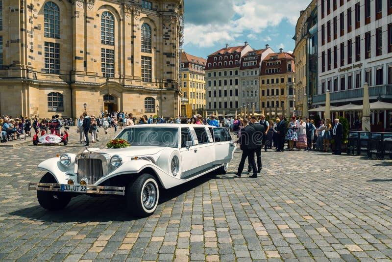 Épouser et longue limousine blanche images libres de droits