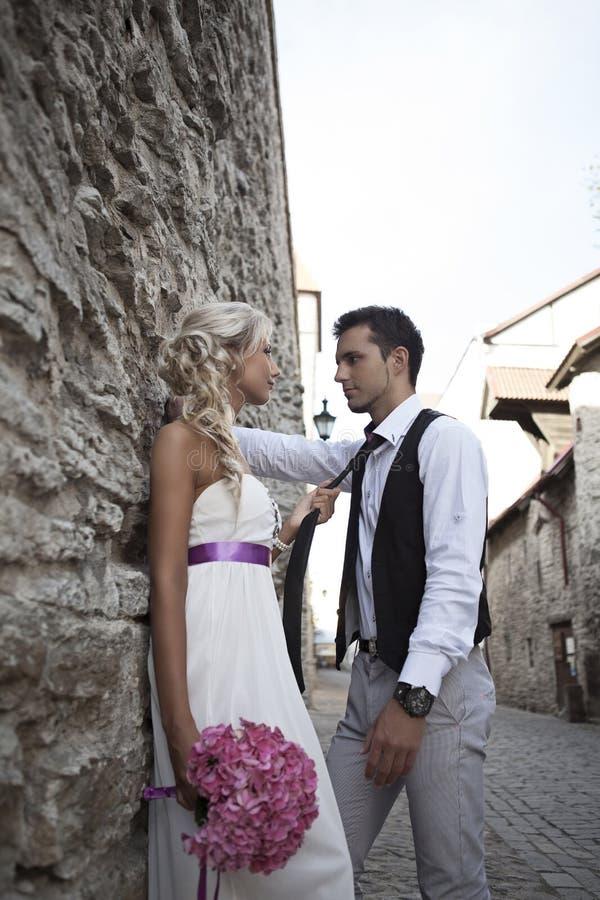 Épouser, jeune homme heureux et célébrer de femme image libre de droits