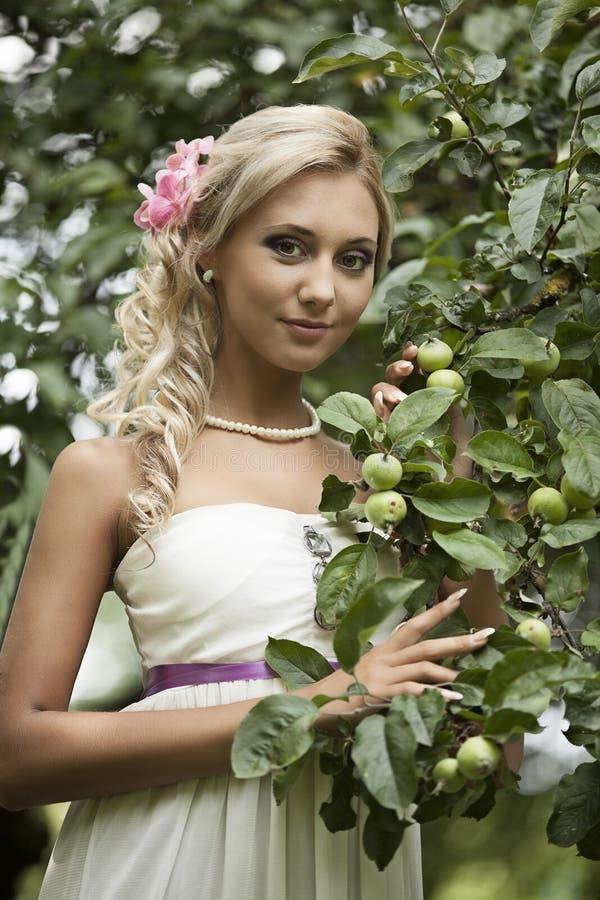 Épouser, jeune homme heureux et célébrer de femme photographie stock libre de droits
