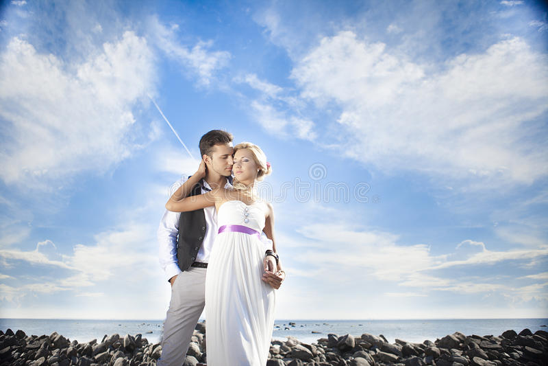 Épouser, jeune homme heureux et célébrer de femme image stock