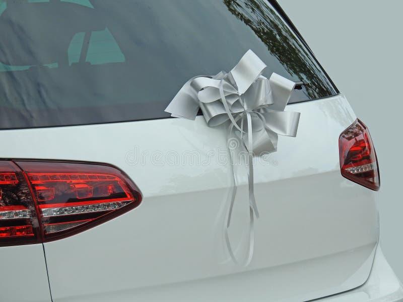 Épouser l'arc en soie de ruban de ceinture sur la voiture photos stock