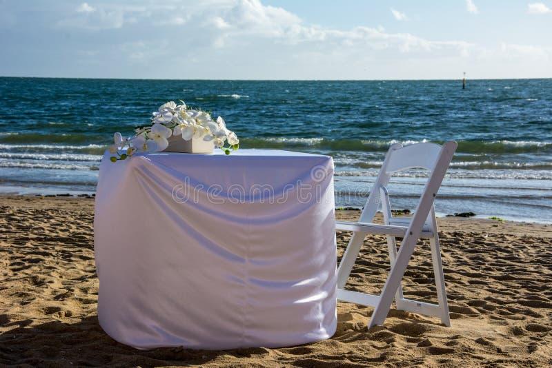 Épouser l'arrangement de table sur le sable image stock