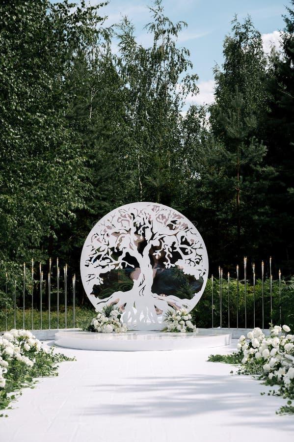 Épouser l'autel avec la décoration d'arbre images libres de droits