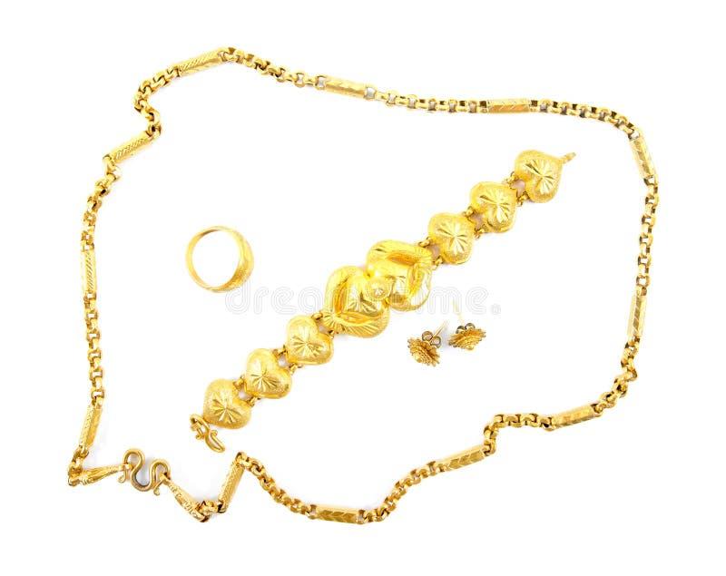 Épouser l'or a placé des bijoux pour la jeune mariée Ensemble d'or d'ornement d'isolement sur le fond blanc images libres de droits
