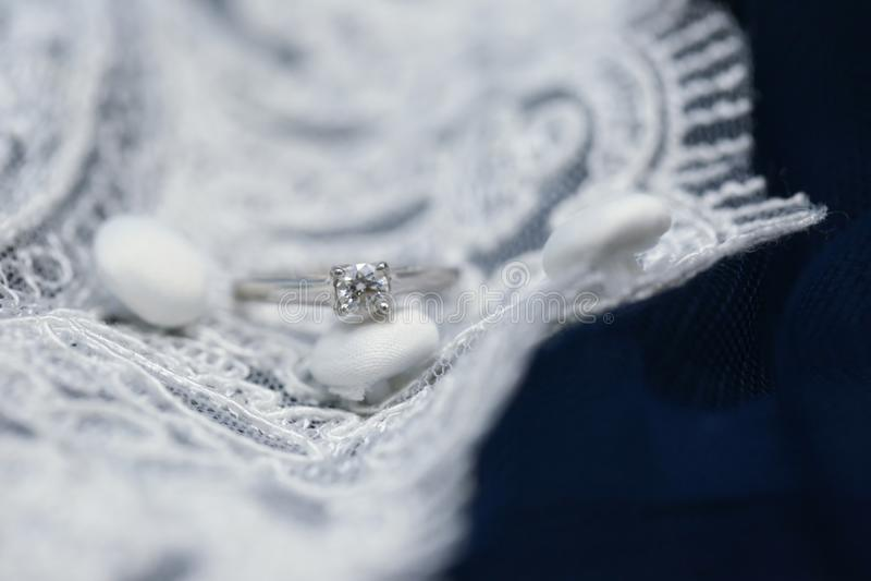Épouser la bague de fiançailles avec la pierre gemme de diamant photographie stock libre de droits