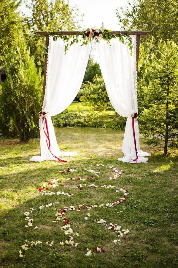 Épouser la décoration florale sur la voûte de mariage images libres de droits