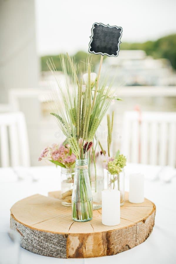 Épouser la disposition florale décorative de bouquet de fleur sur le tabl photos libres de droits