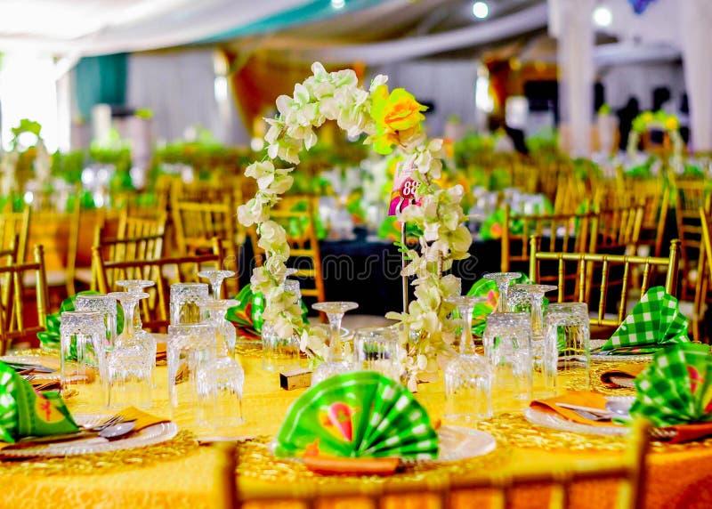 Épouser la table décorée par réception d'événement photo stock
