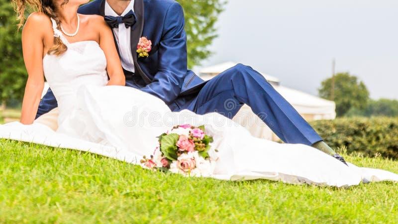 Épouser le baiser, baiser de jeunes mariés photo libre de droits