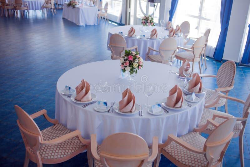 Épouser le banquet, petit restaurant dans un style maritime, tables rondes photo stock
