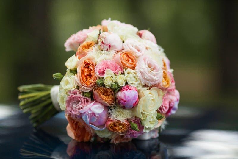 Épouser le beau bouquet nuptiale des fleurs naturelles, plan rapproché avec le fond brouillé photos stock