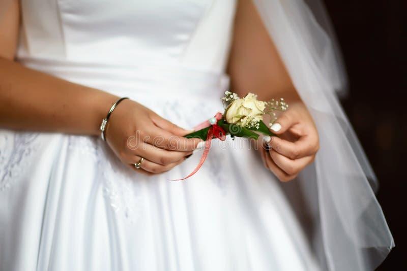 Épouser le bouquet avec de belles fleurs rouges et blanches avec la dentelle et une perle dans les mains de l'anneau l'épousant d photos libres de droits