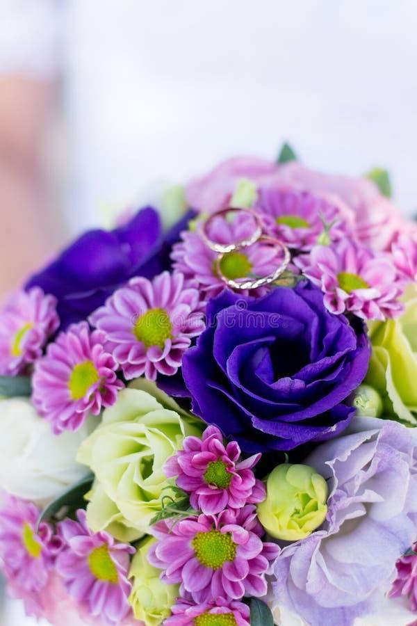 Épouser le bouquet et les anneaux de fond Le bouquet du ` s de jeune mariée Déclaration de l'amour Carte de mariage, détails de j image stock