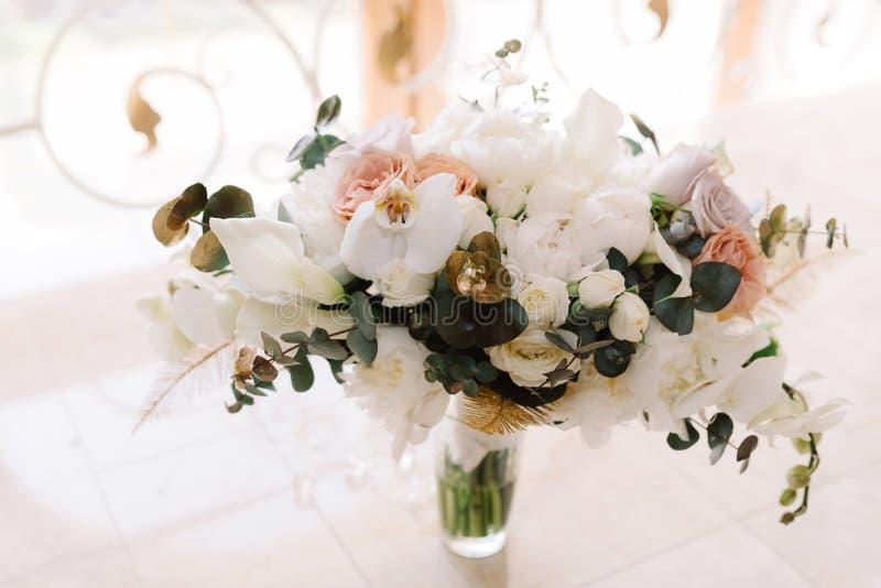 Épouser le bouquet floral tendre, vue de face image stock