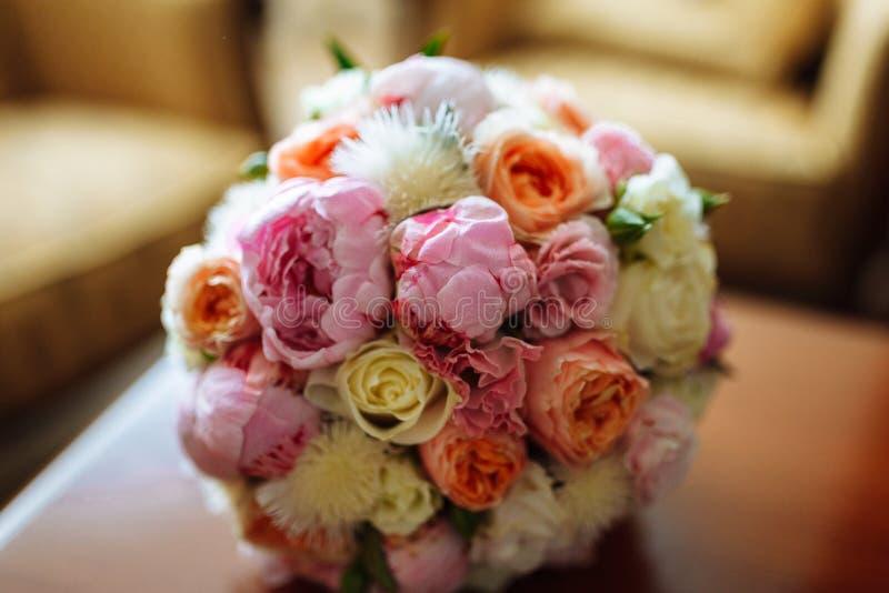 Épouser le bouquet nuptiale avec des roses et d'autres fleurs sur la table images stock