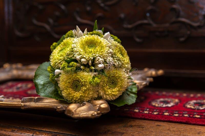 Épouser le bouquet sur un cadre de tableau d'or images libres de droits