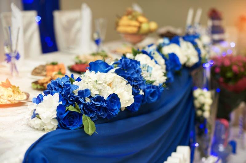Épouser le décor des fleurs blanches sur la table des jeunes mariés dans le restaurant photographie stock