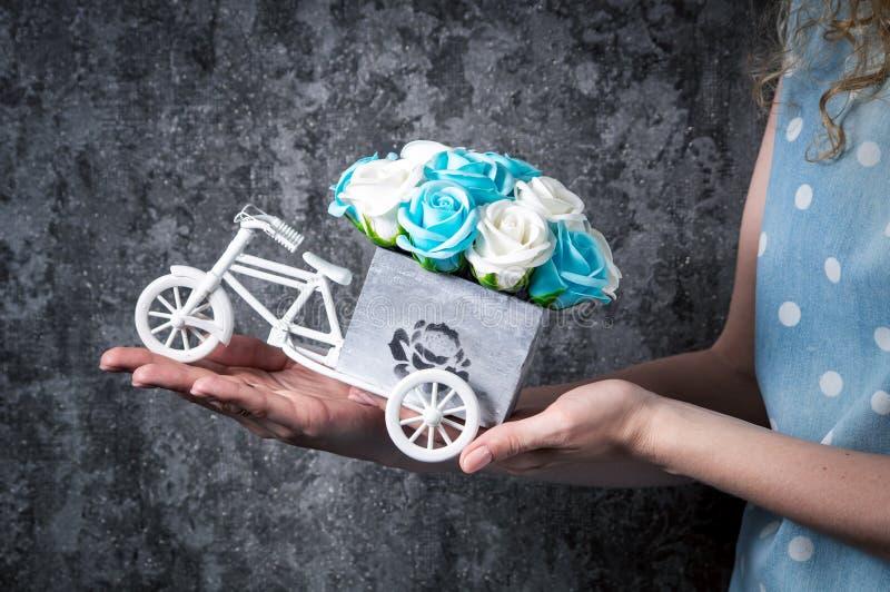 Épouser le décor fait main : La fille tient un petit bouquet des roses dans des ses mains dans une boîte décorative sous forme d' photo stock