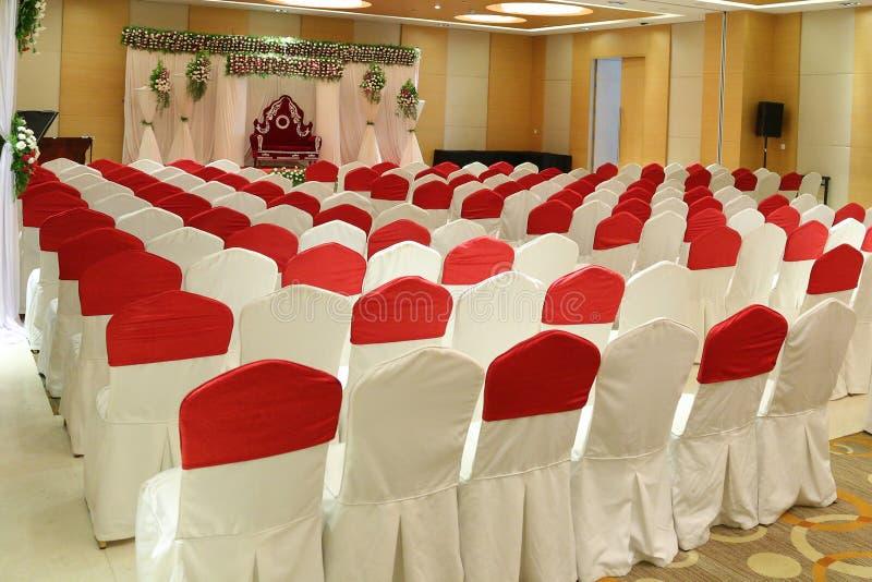Épouser le hall de banquet de décorateurs de fleur d'étape photo stock