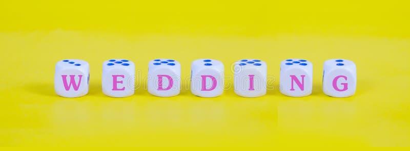 Épouser le mot sur les matrices blanches sur le fond de couleur, image libre de droits