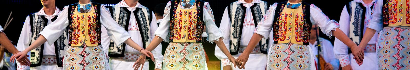 Épouser le rituel dans les costumes et les danseurs folkloriques traditionnels roumains images stock
