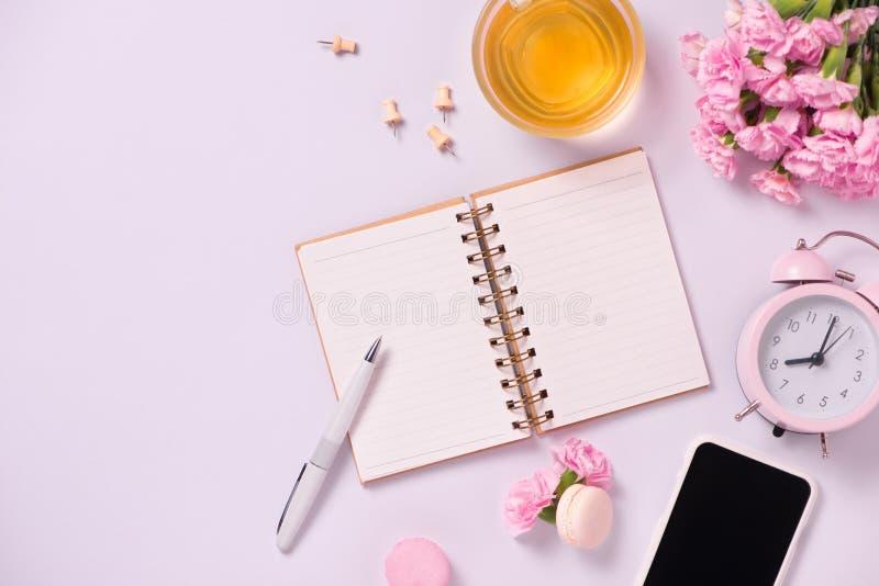 Épouser pour faire la liste avec des fleurs Configuration d'appartement de planificateur de maquette photo stock
