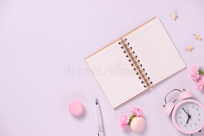 Épouser pour faire la liste avec des fleurs Configuration d'appartement de planificateur de maquette photographie stock