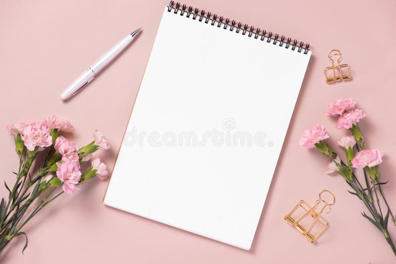 Épouser pour faire la liste avec des fleurs Configuration d'appartement de planificateur de maquette images libres de droits