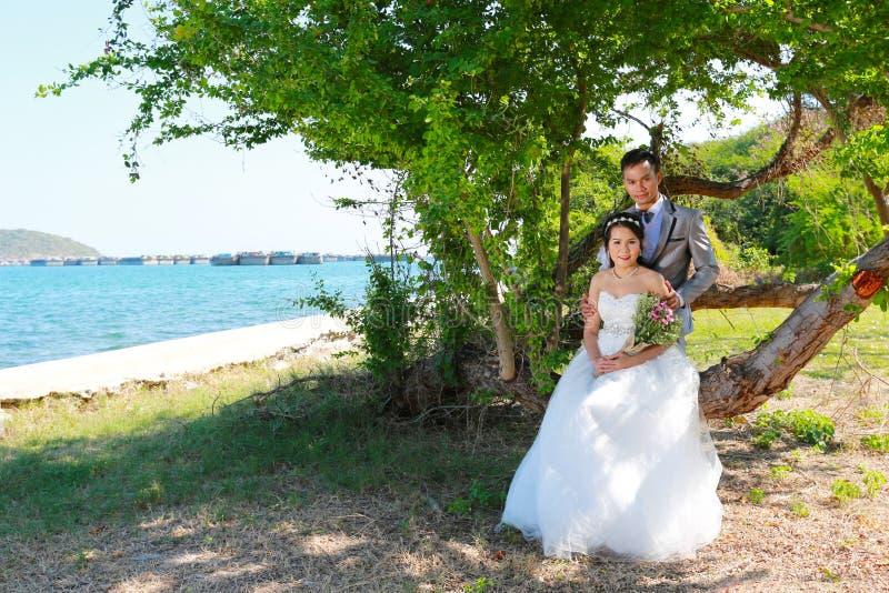 Épouser pré les couples thaïlandais de photographie chez Koh Si Chang Island image libre de droits