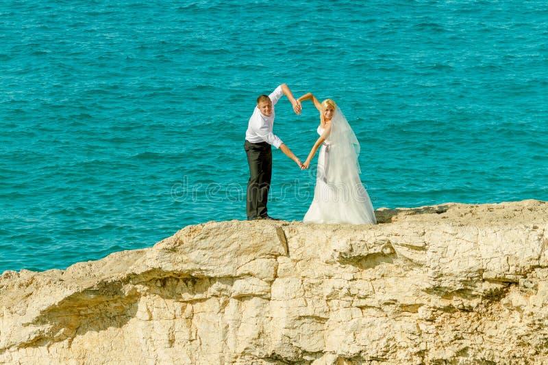 Épouser sur le fond de mer images stock