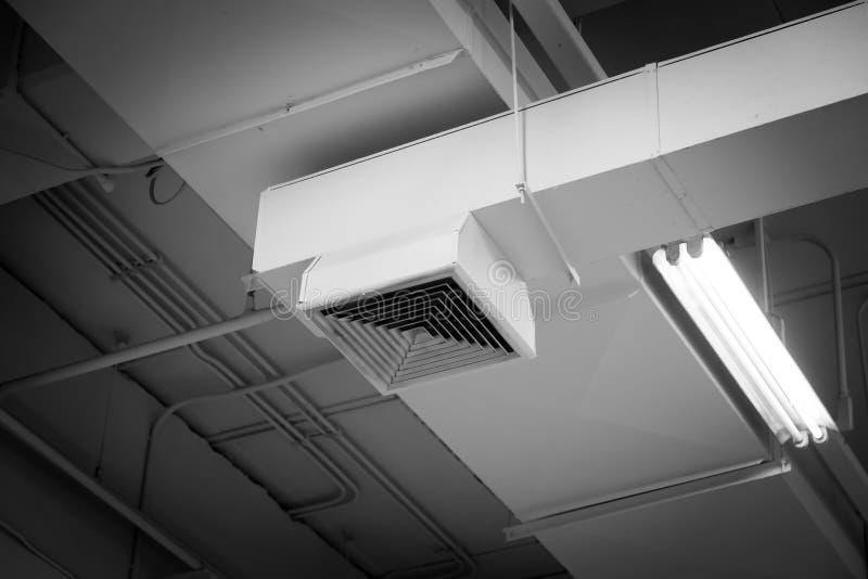 Époussetez du conduit d'air, grille d'aération de plafond dans la cause d'immeuble de bureaux de la pneumonie chez l'homme de bur photos stock