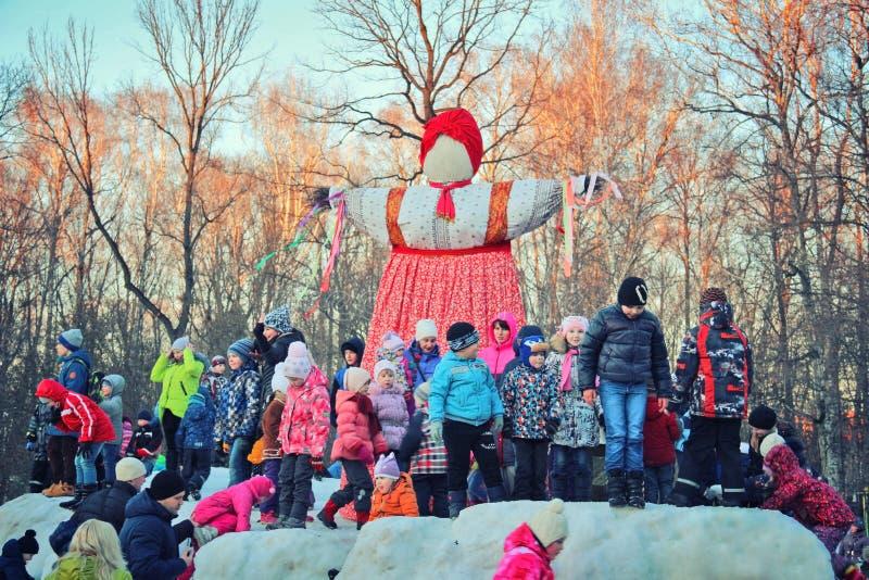 Épouvantail de Maslenitsa et groupe d'enfants photographie stock