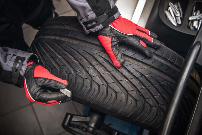 Équilibrage de roue de voiture images stock