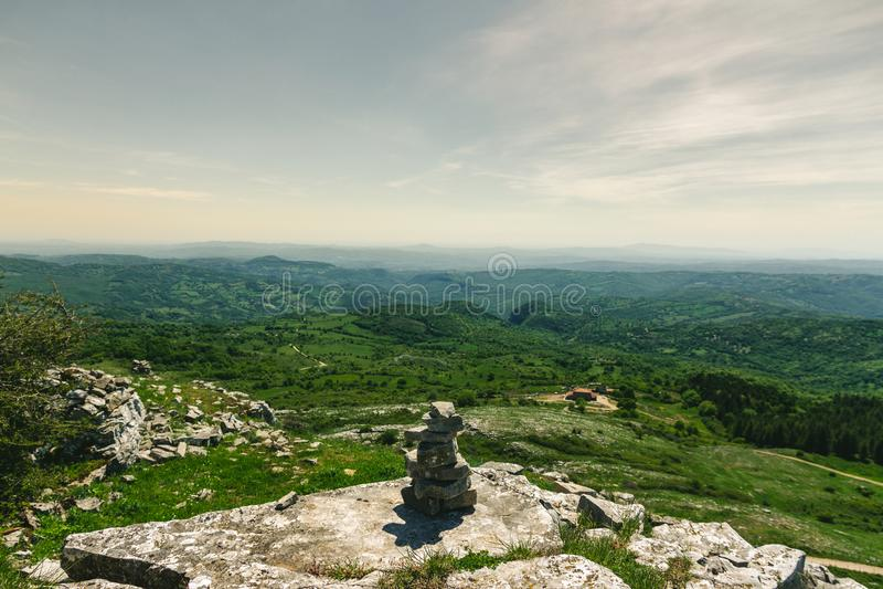 Équilibrage en pierre sur Monte Labbro photographie stock libre de droits