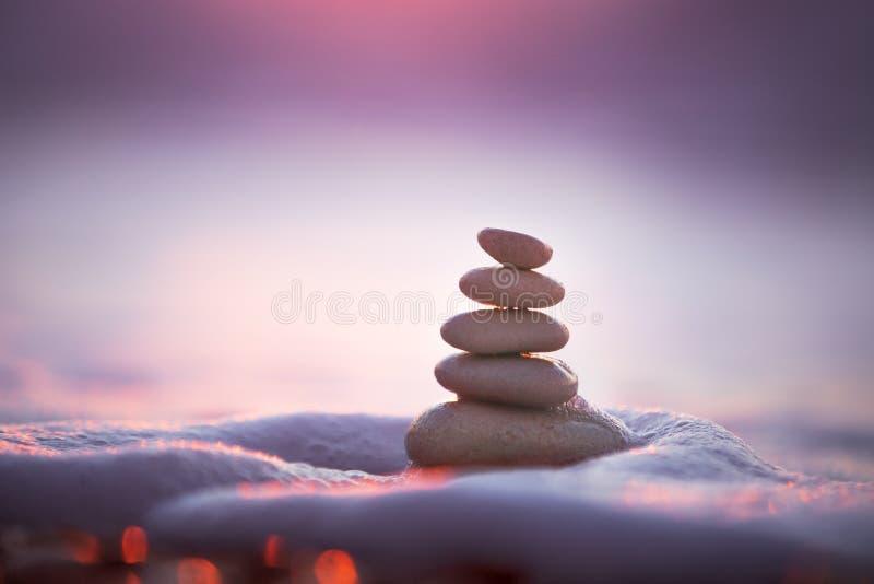 Équilibre de pierres image stock