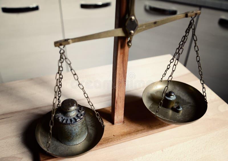 Équilibre de vintage avec la rétro échelle de poids - un poids de kilogramme image libre de droits
