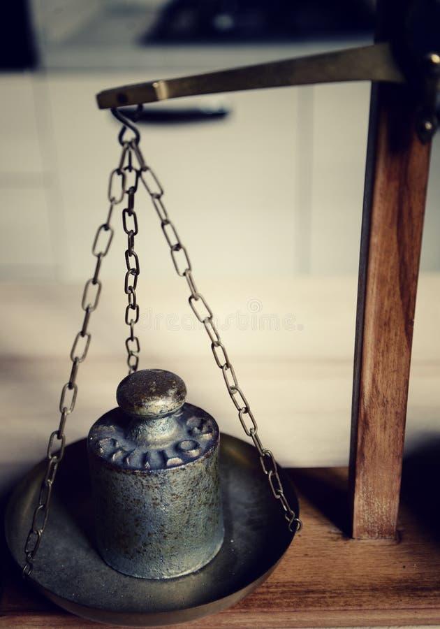 Équilibre de vintage avec la rétro échelle de poids - un poids de kilogramme photographie stock