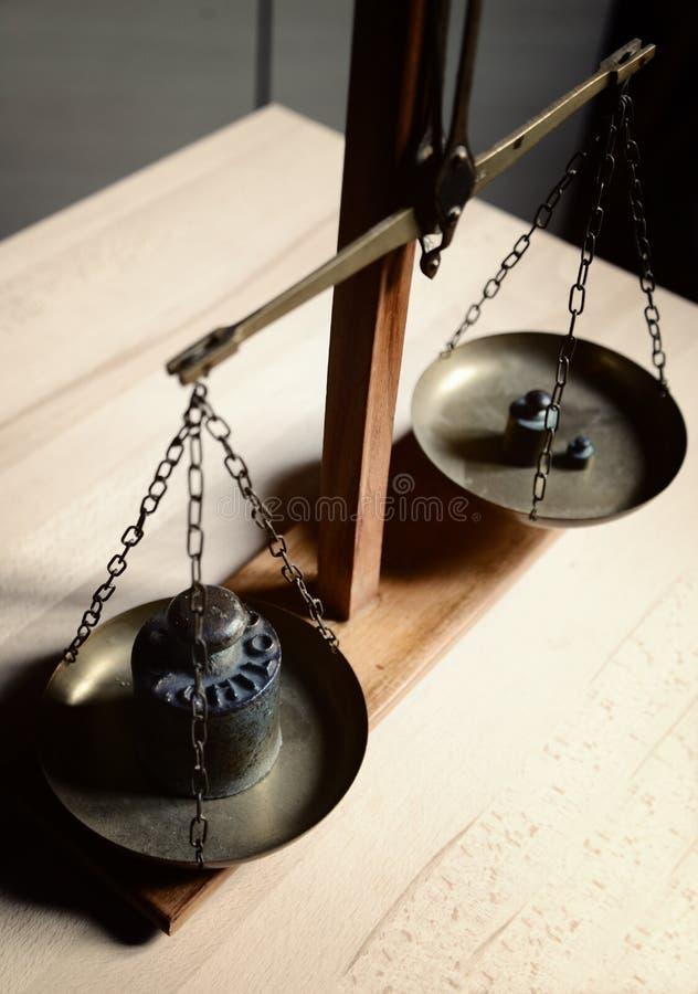 Équilibre de vintage avec la rétro échelle de poids - un poids de kilogramme image stock