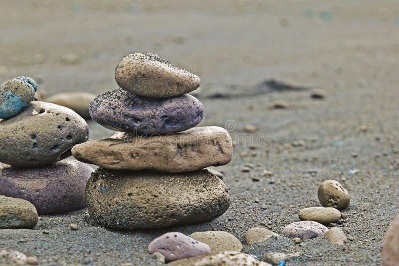 Équilibre des roches volcaniques humides sur l'Océan Atlantique photographie stock