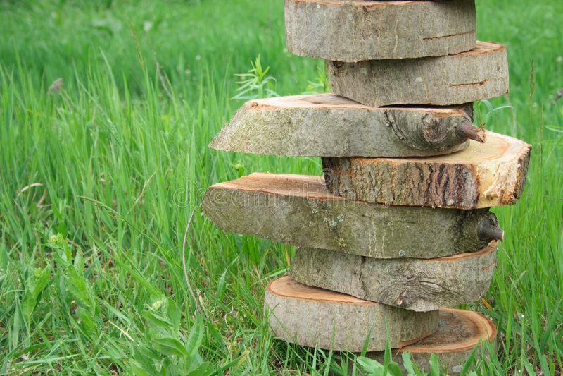 Équilibre en bois de piramide images stock