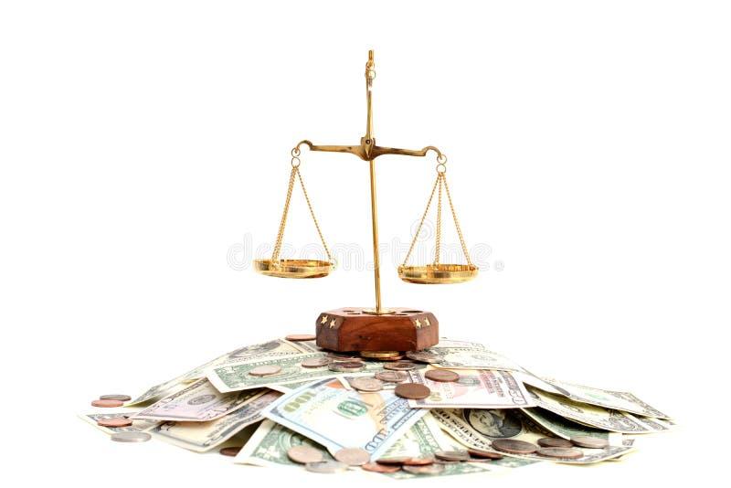 Équilibre en laiton vide sur la pile de l'argent photographie stock
