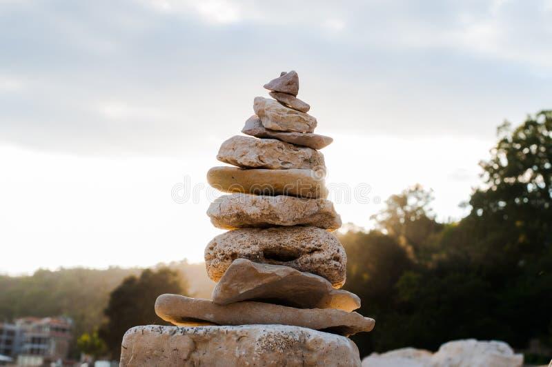 Équilibre et lever de soleil de pierres image stock